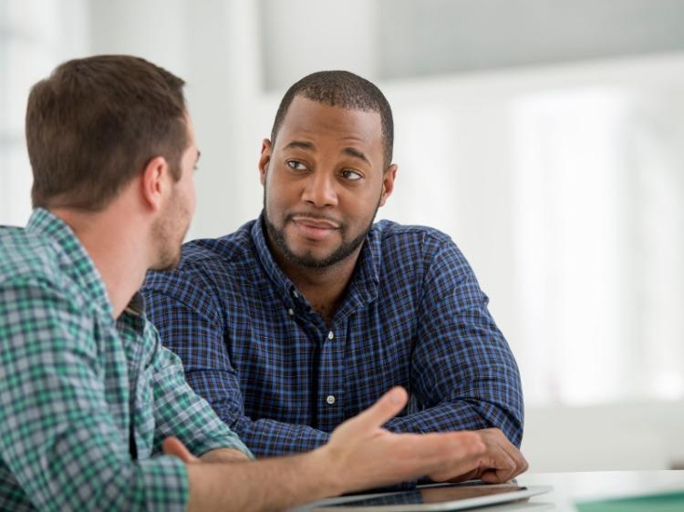 Utiliza esta estrategia; es infalible: aprende a escuchar con suma atención